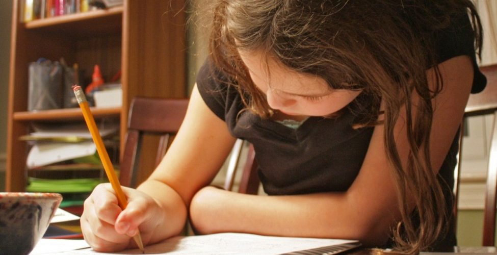 bambina-compiti-975x650 bambino.donnamoderna.com