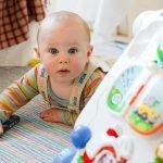 bambino di pochi mesi che gioca