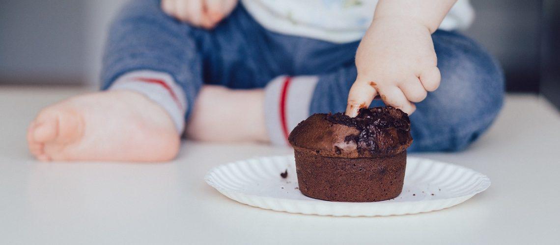 bambini sovrappeso dito nel cupcake