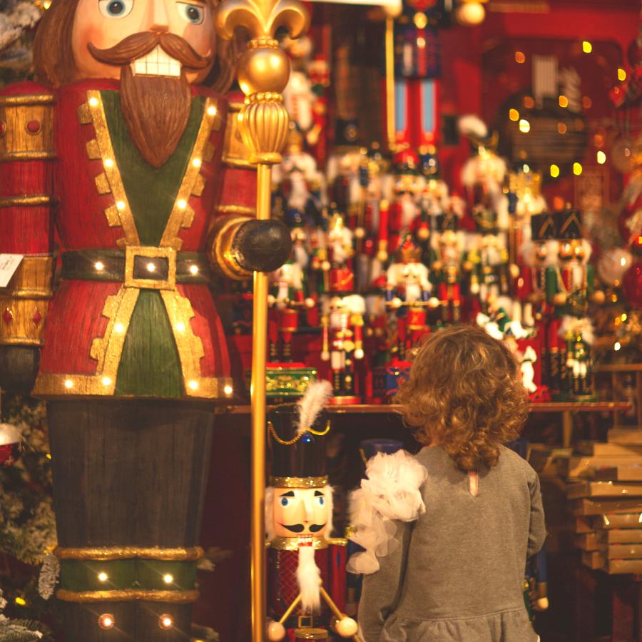 bambina che guarda regali di natale