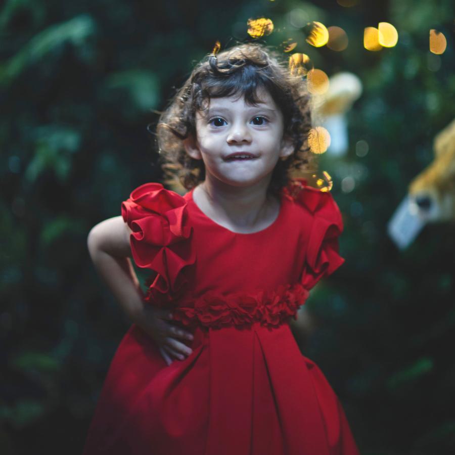 bambina con vestito rosso natale