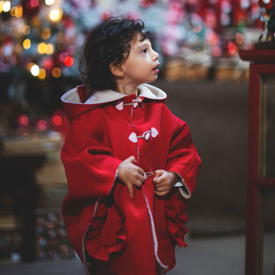 bambina con mantellina rossa