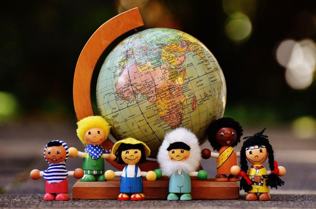 convegno plurilinguismo bilinguismo infantile Macerata Pupazzetti con mappamondo