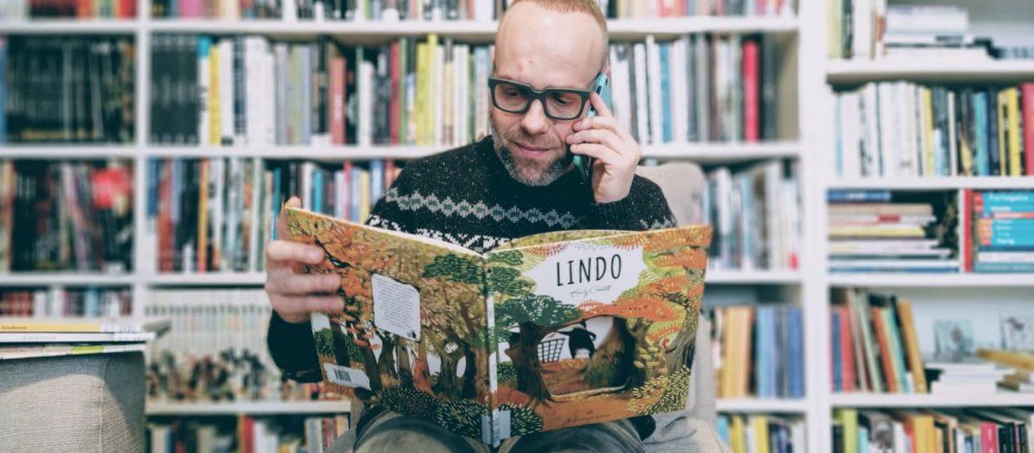 bibliotecario biblioteche cometa che legge