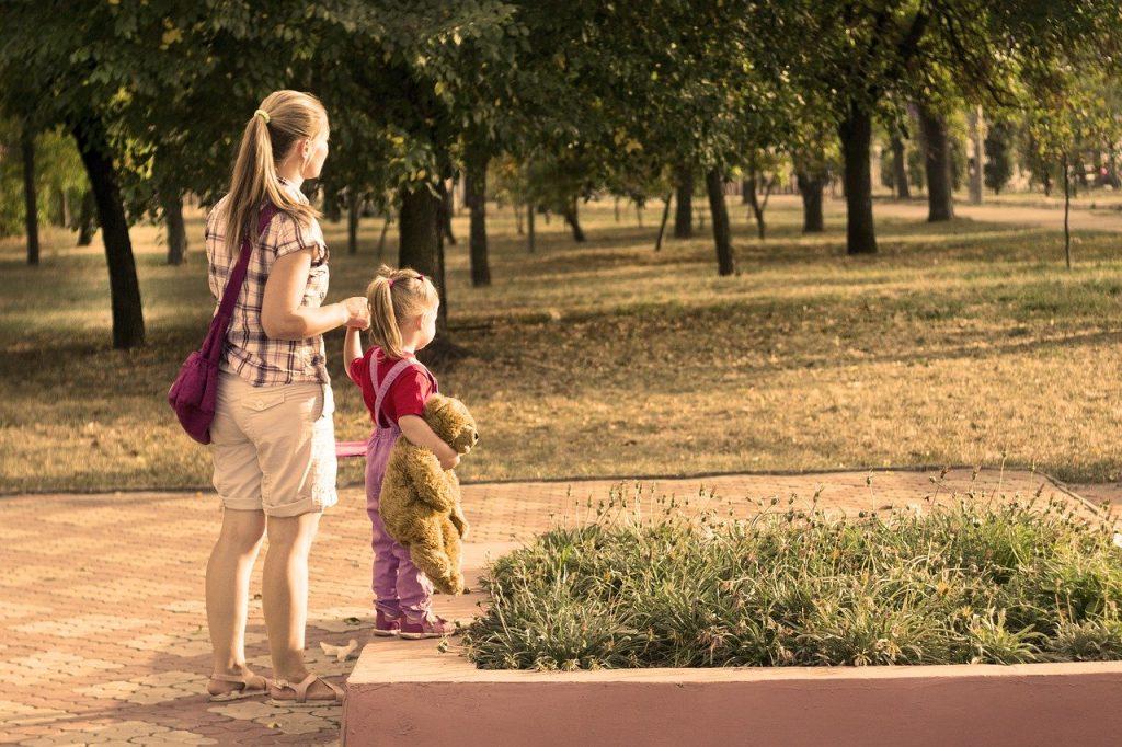 bonus baby sitter immagine di baby sitter con bambina al parco