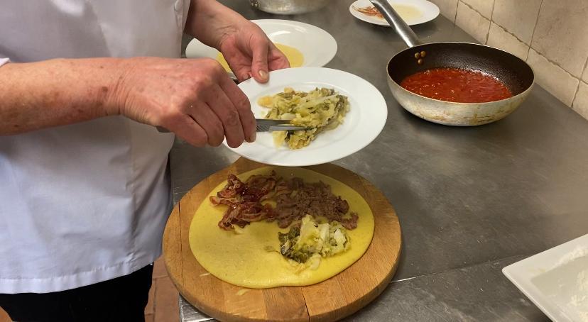 polenta condita con salsiccia, pancetta, verze